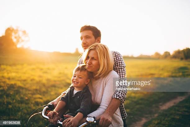 Aimer famille sur un vélo