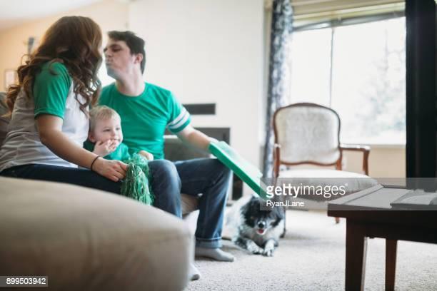 Liebevolle Familie beobachten Fußballspiel zusammen