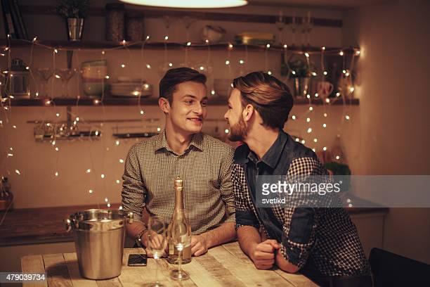 Amantes de beber Champanhe Casal gay.