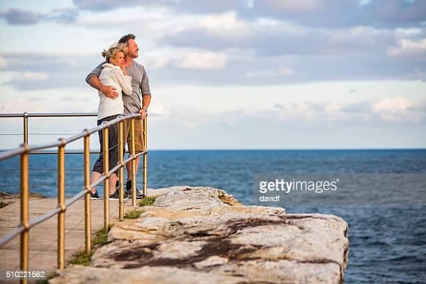 Aimer moyen âgés de coupe santé heureux Couple sur la plage au coucher de soleil