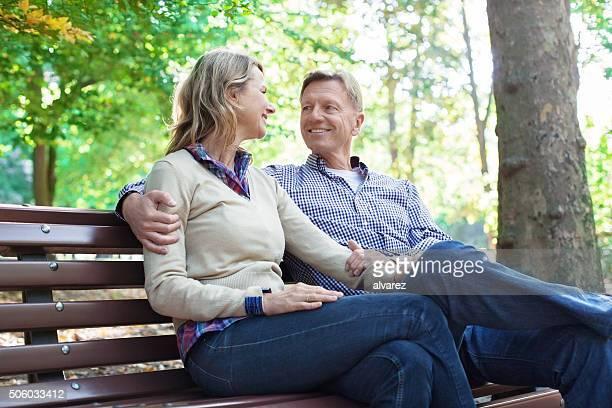 Liebevolle Älteres Paar auf einer Bank im park