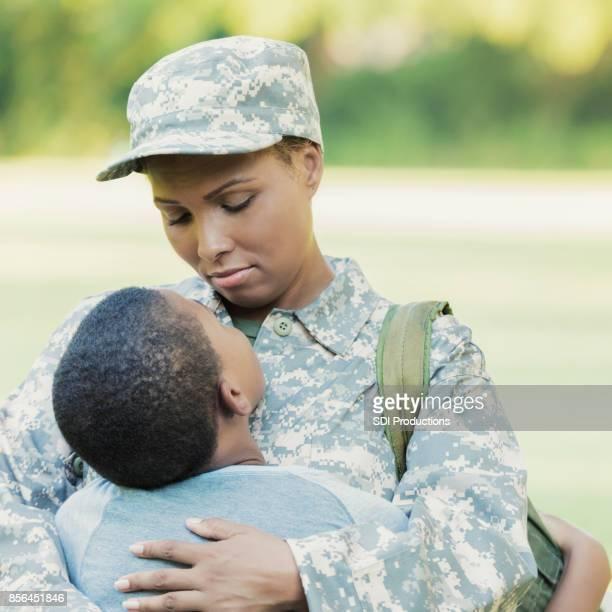 Maman militaire aimante est triste de quitter la famille