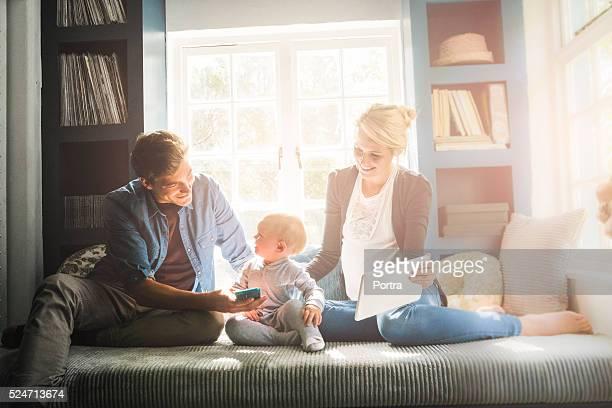 Liebevolle Eltern mit baby-Technologien wie zu Hause fühlen.