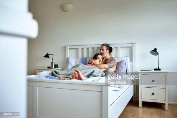 Schwanger Liebespaar im Bett zu Hause