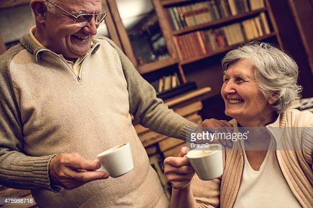 Liebevoll altes Paar reden beim Kaffee Zeit wie zu Hause fühlen.