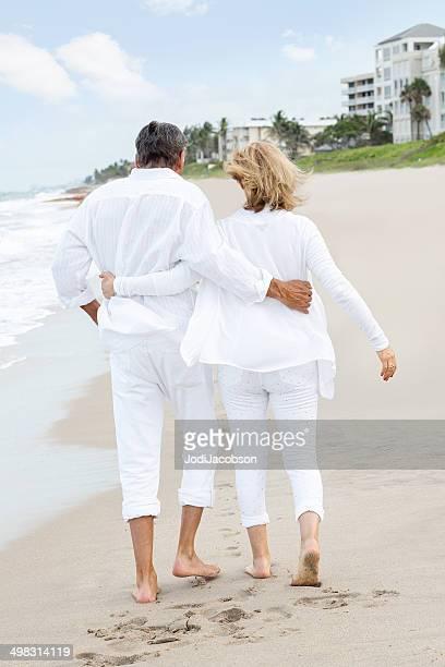 senior Loving couple marchant sur la plage
