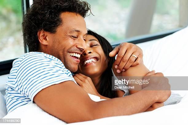 amour jeune couple au lit - couple lit dormir amour photos et images de collection