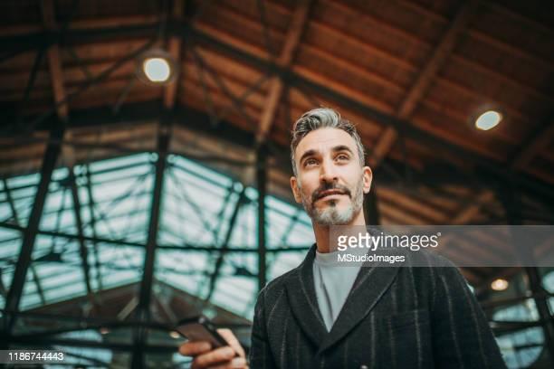 ritratto ad angolo basso di un bell'uomo - abbigliamento da lavoro formale foto e immagini stock