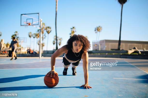 片手で腕立て伏せをする若い女性のローアングルポートレート - カリフォルニア州 ベニス ストックフォトと画像