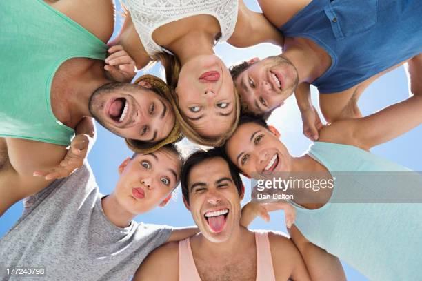 Vista de ángulo bajo Retrato de amigos haciendo caras más desenfadado