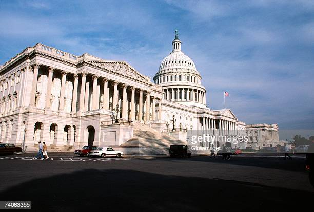low angle view of a government building, capitol building, washington dc, usa - capitólio capitol hill - fotografias e filmes do acervo