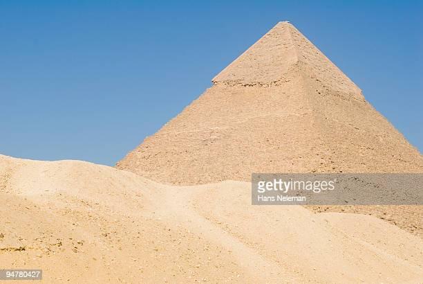 low angle view of a pyramid, giza pyramids, giza, egypt - hans neleman ストックフォトと画像