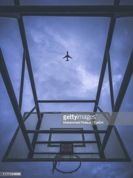 low angle view of airplane flying in sky - low flying aircraft stock pictures, royalty-free photos & images