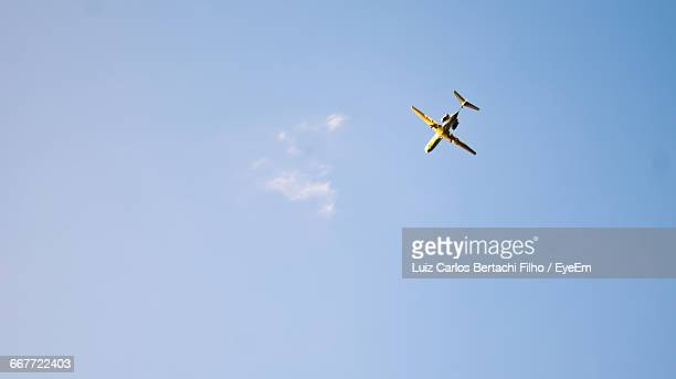 low angle view of airplane flying in sky - filho stock-fotos und bilder