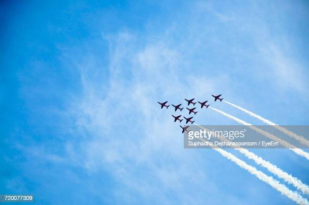 low angle view of airplanes against blue sky - avion de chasse photos et images de collection