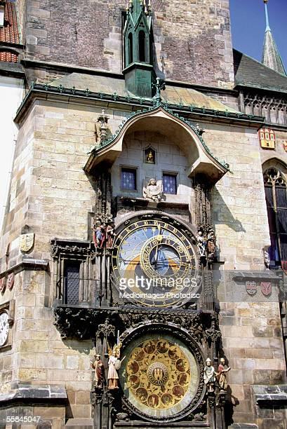 low angle view of an astronomical clock, prague, czech republic - klokkentoren met wijzerplaat stockfoto's en -beelden