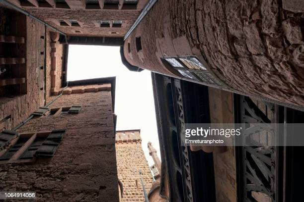 low angle view of an inner courtyard at haut koeningsburg castle in alsace. - emreturanphoto stock-fotos und bilder