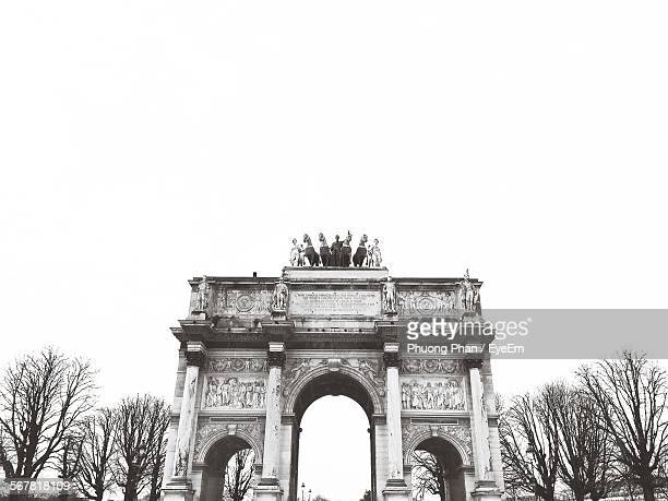 low angle view of arc de triomphe du carrousel against clear sky - arc de triomphe du carrousel stock photos and pictures