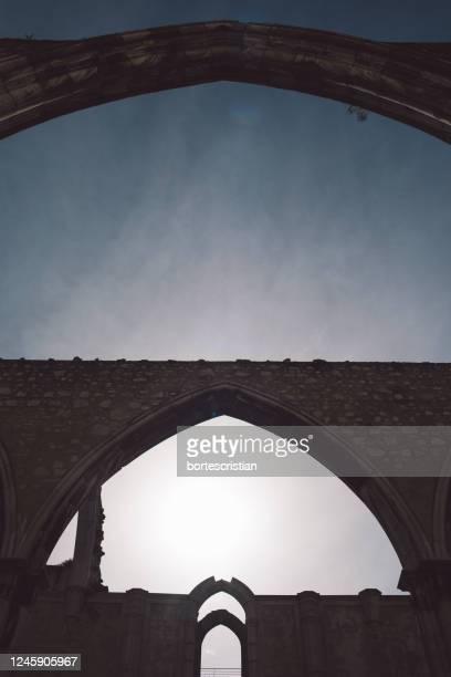 low angle view of arch bridge against sky - bortes imagens e fotografias de stock