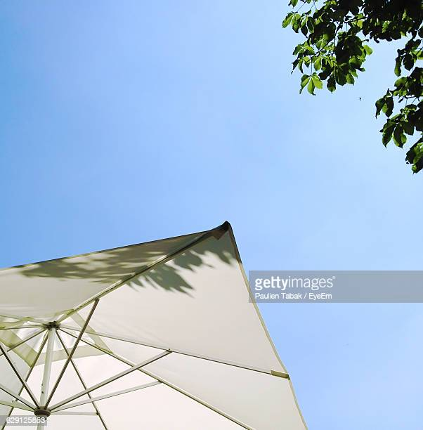 low angle view of beach umbrella against clear sky - paulien tabak 個照片及圖片檔