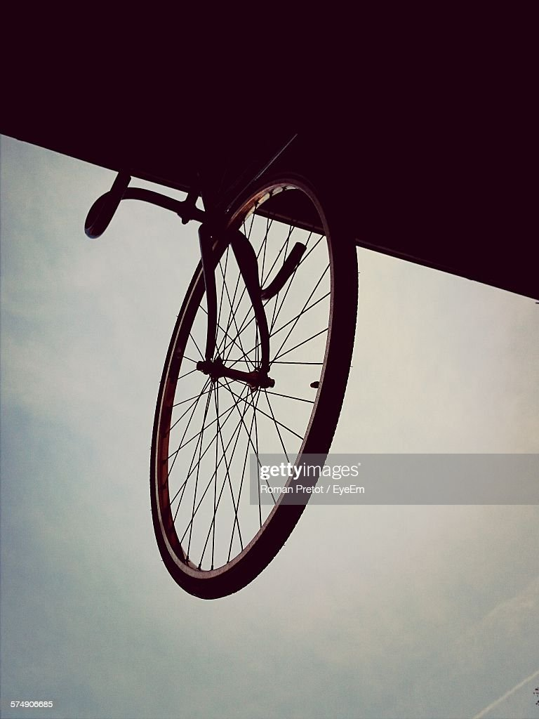 Low Angle View Of Bicycle On Roof Against Sky At Dusk : ストックフォト