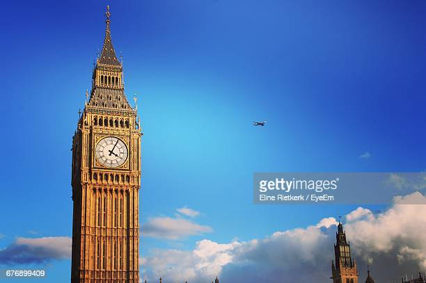 low angle view of big ben against sky - big ben stockfoto's en -beelden