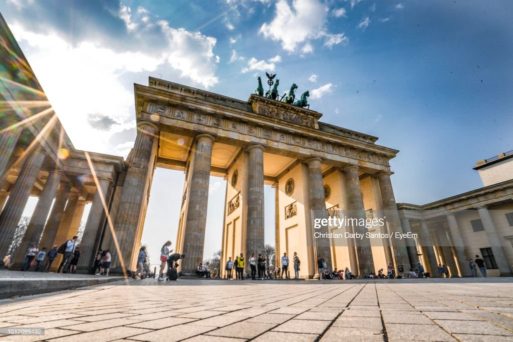 Low Angle View Of Brandenburg Gate Against Blue Sky : Foto stock