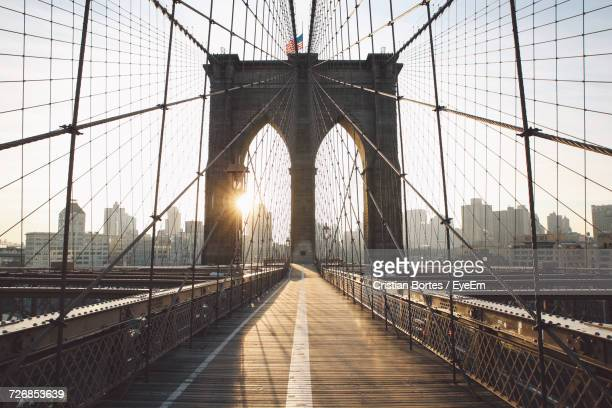 low angle view of brooklyn bridge in city against sky - bortes imagens e fotografias de stock