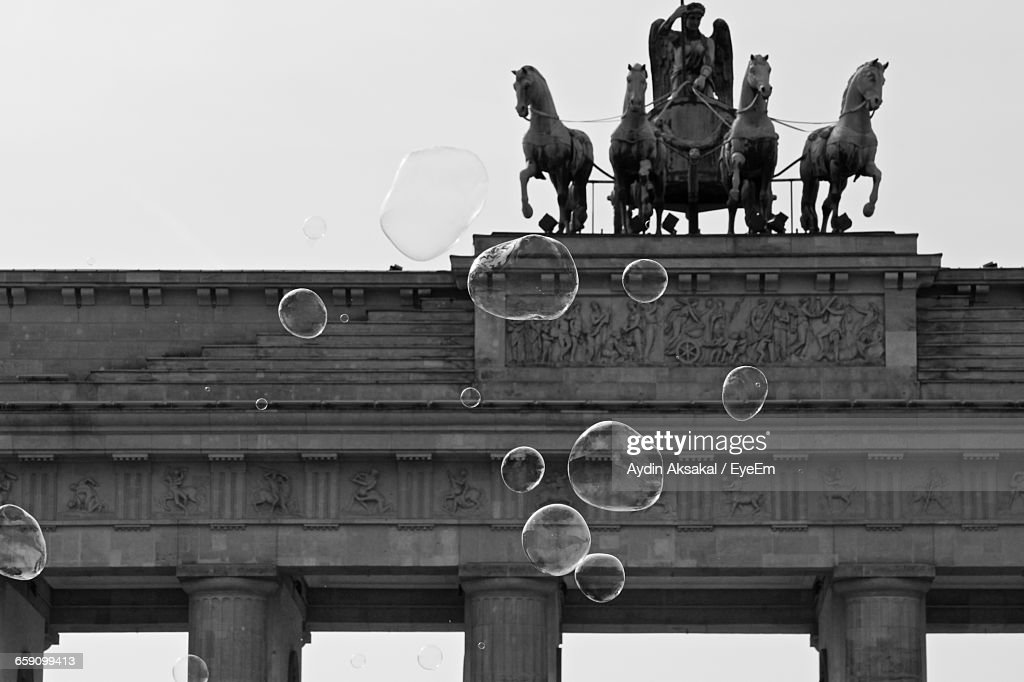 Low Angle View Of Bubbles In Mid-Air Against Brandenburg Gate : Stock-Foto