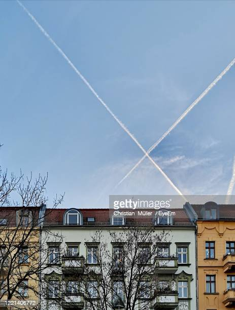 low angle view of building against sky - kahler baum stock-fotos und bilder