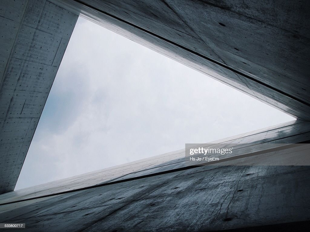 Low Angle View Of Building Leading To Sky With Triangle Shape : Foto stock