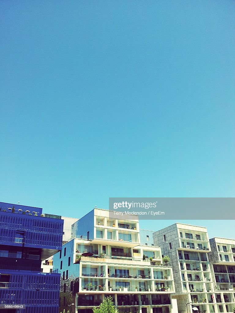 Low Angle View Of Buildings Against Clear Sky : Foto stock