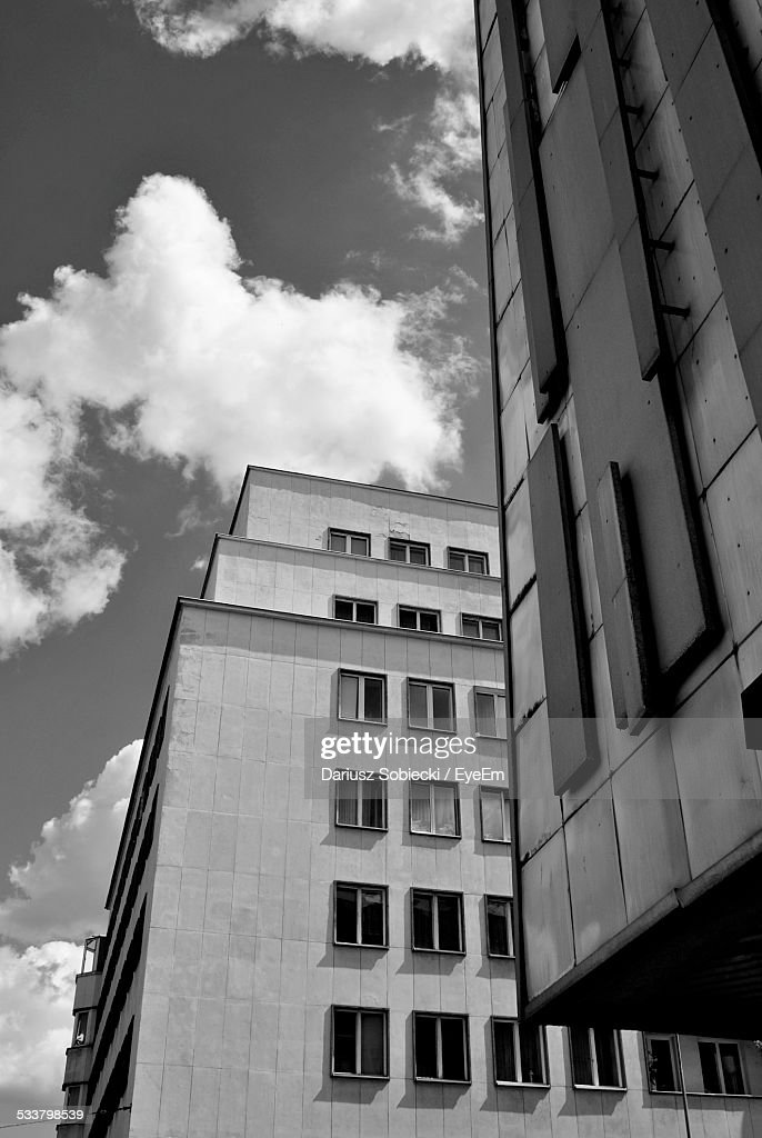 Low Angle View Of Buildings Against Cloudy Sky : Foto stock