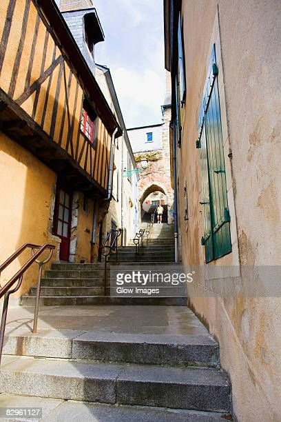 low angle view of buildings along a staircase, escalier de la grande poterne, le mans, sarthe, france - sarthe stock pictures, royalty-free photos & images