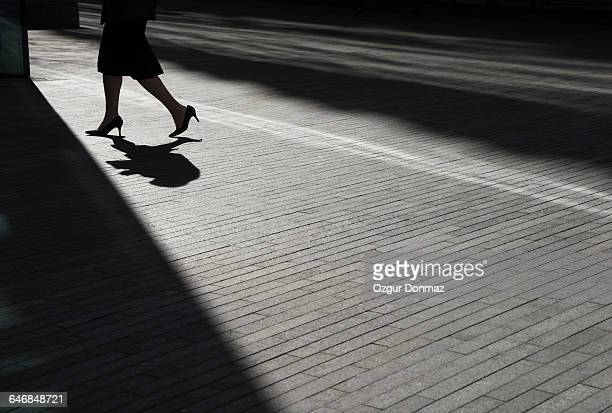 low angle view of businessman walking - saia - fotografias e filmes do acervo