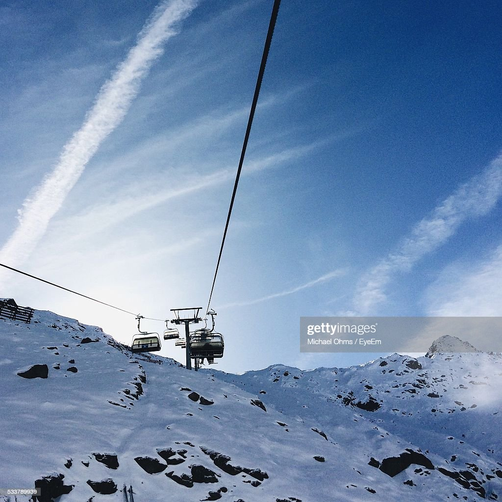 Low Angle View Of Cable Cars Against Sky : Foto stock