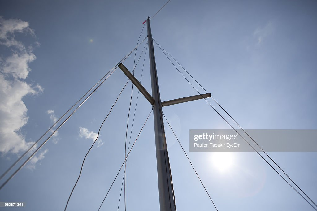 Low Angle View Of Cables Against Blue Sky : Stockfoto