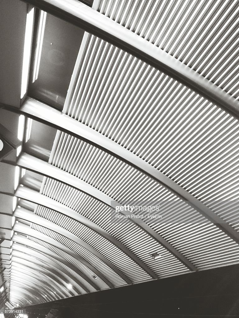 Low Angle View Of Ceiling At Subway Station : Stock-Foto