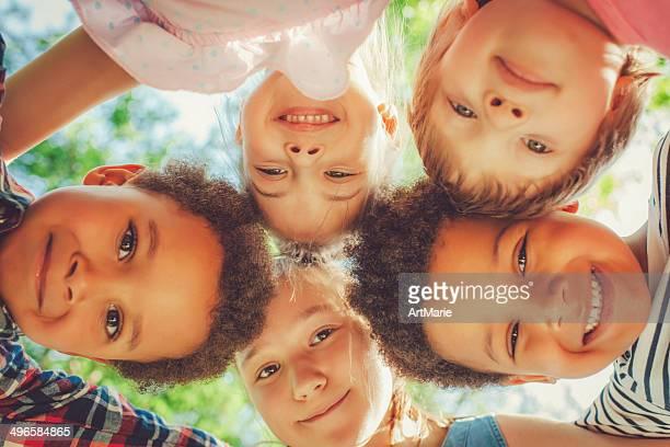 Vue en contre-plongée des enfants, allongé dans un parc