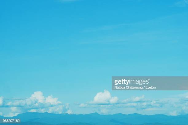 low angle view of clouds against blue sky - alleen lucht stockfoto's en -beelden