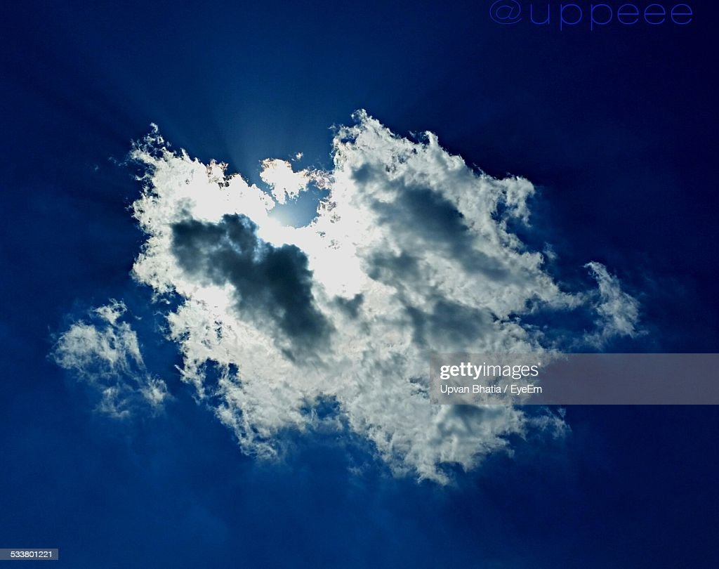 Low Angle View Of Clouds In Blue Sky : Foto stock