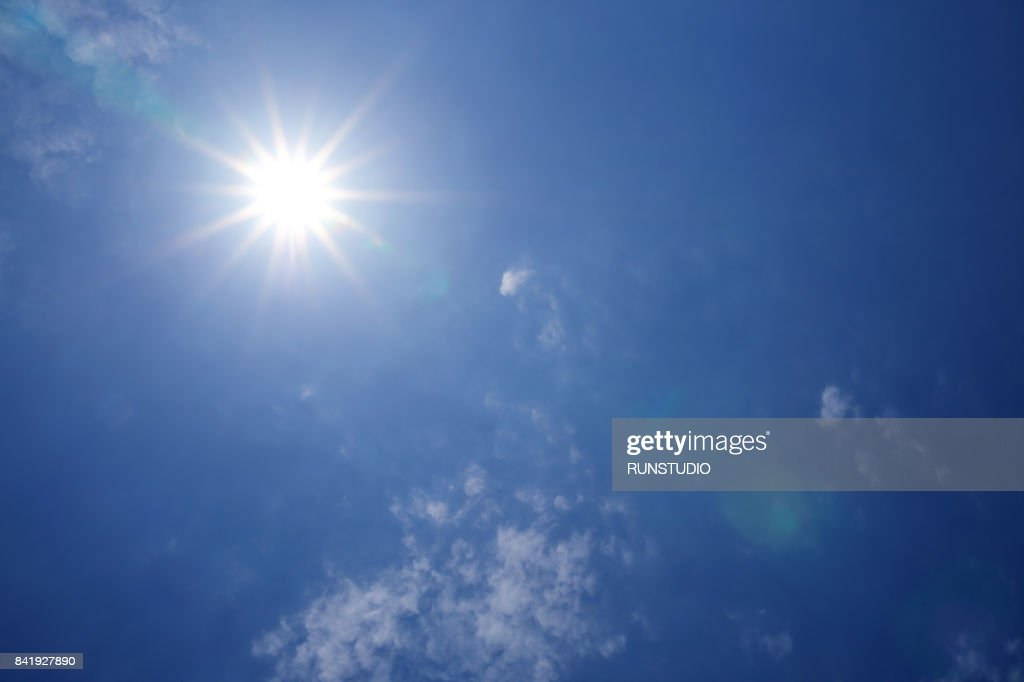 Low Angle View Of Clouds In Blue Sky : Stockfoto