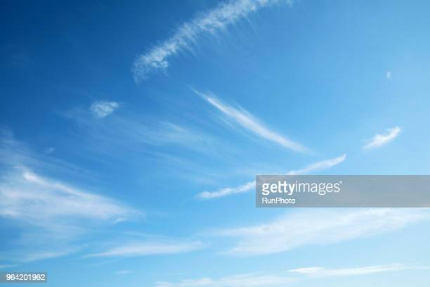 low angle view of clouds in blue sky - bleu photos et images de collection