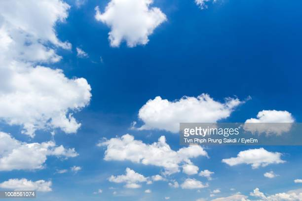 low angle view of clouds in sky - bleu photos et images de collection