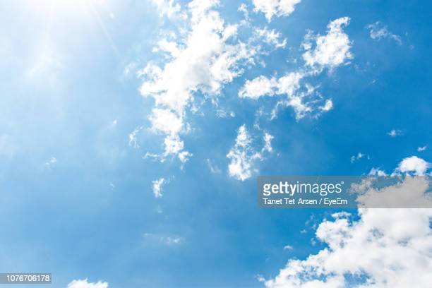 low angle view of clouds in sky - sauber stock-fotos und bilder