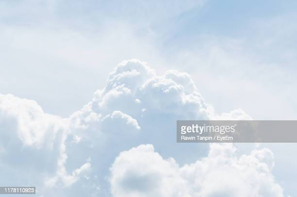low angle view of clouds in sky - bleu marine photos et images de collection