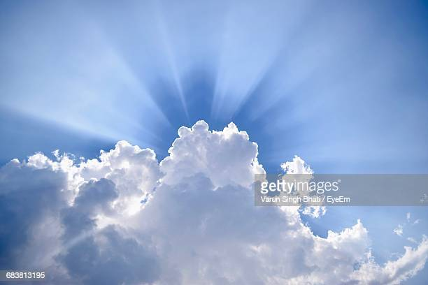 low angle view of clouds in sky - zonnestraal stockfoto's en -beelden