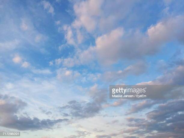 low angle view of clouds in sky - maaike jansen photos et images de collection