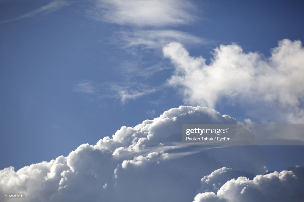 Low Angle View Of Clouds In Sky : Stockfoto
