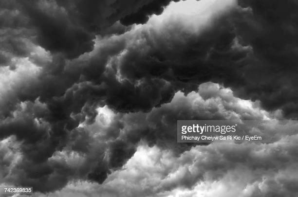 low angle view of clouds in sky - nube temporalesca foto e immagini stock